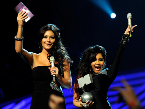 2011 MTV EMA Show - JWOWW and Snooki announce the winner of 'Best Live' act!