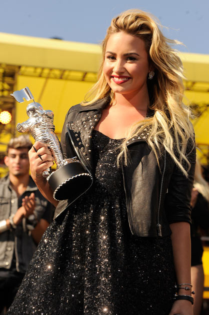 2012 MTV VMA - Winners - Demi Lovato | Best Video With a Message for 'Skyscraper'!