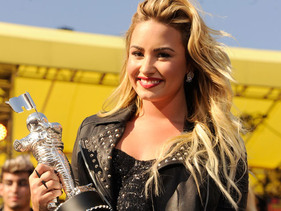 Demi Lovato Wins Her First Ever Moonman!