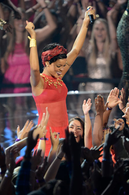 2012 MTV VMA - Performances - Rihanna Kicks of the 2012 MTV VMA main show!